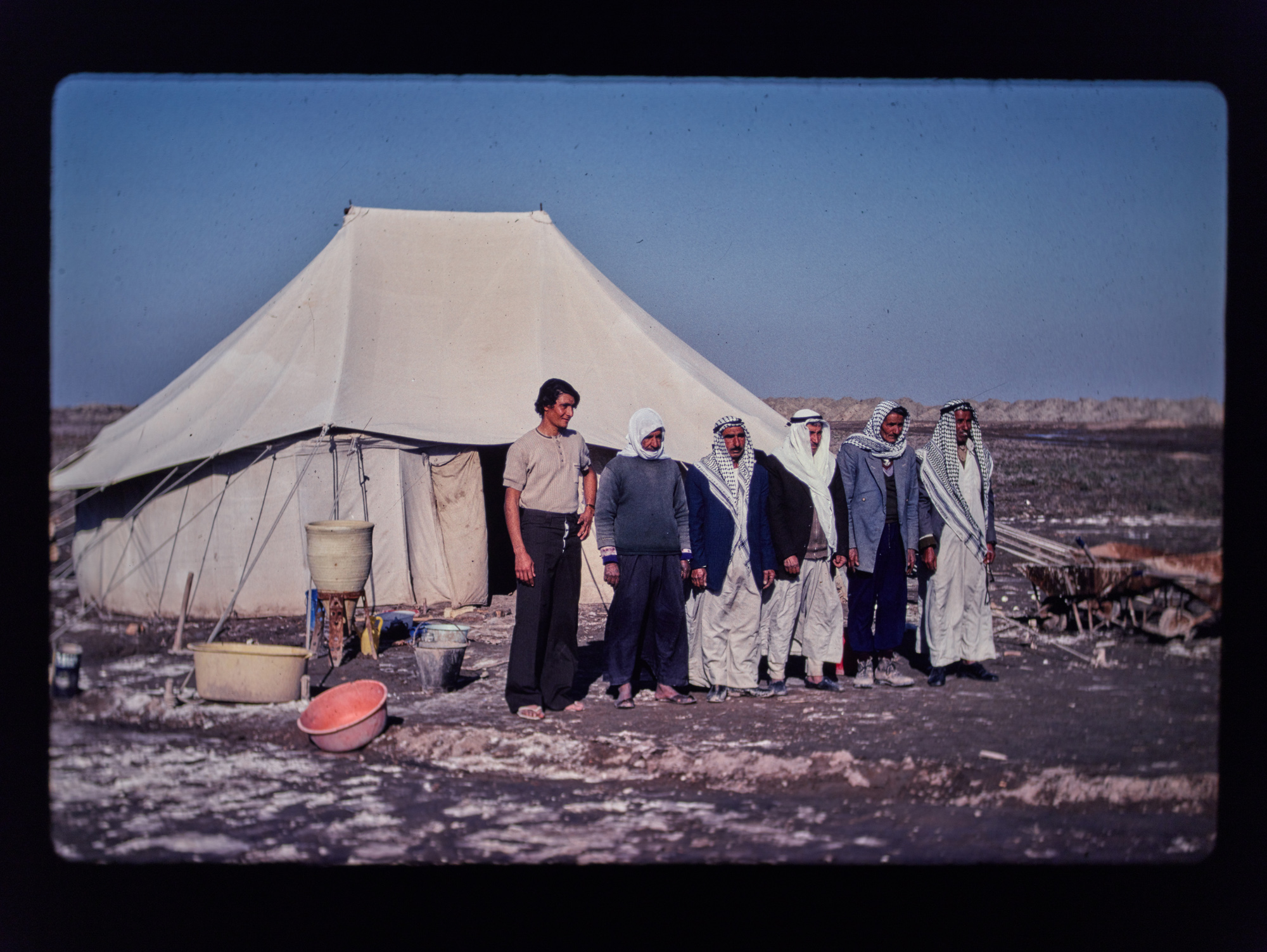 Sherqatis outside their tent at Abu Salabikh, 1978. (Image courtesy of Dr Ellen McAdam)